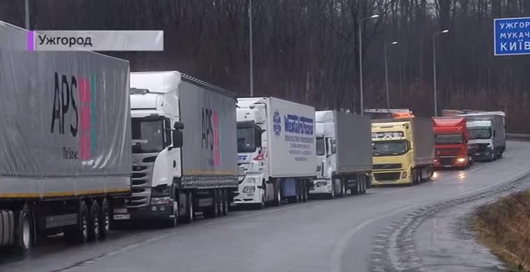 На українсько-словацькому кордоні – величезна черга з вантажівок. Більшість фур з російськими номерами