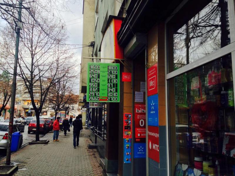 У Мукачеві долар продають вже по 27 гривень, євро – більше тридцяти