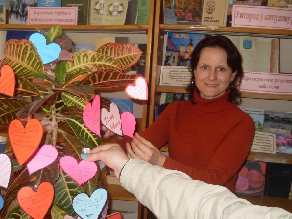 """До Дня усіх закоханих в Ужгородській міській бібліотеці відбувся розважальний захід """"Під знаком Купідона"""""""
