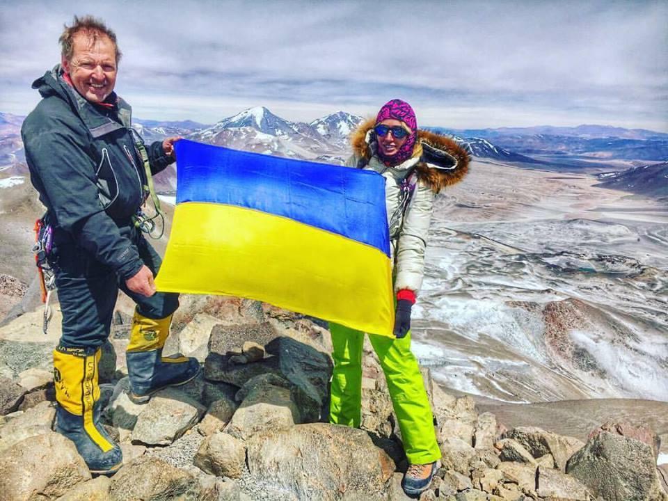 Закарпатка підкорила вершину найвищого вулкану світу