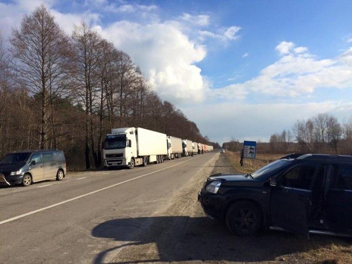 Водії російських вантажівок невдало спробували прорвати колону