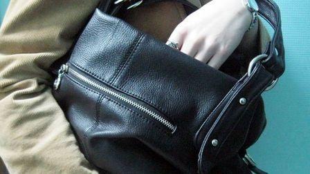 На ринку із сумочки ужгородки вкрали 1000 доларів і 4000 гривень