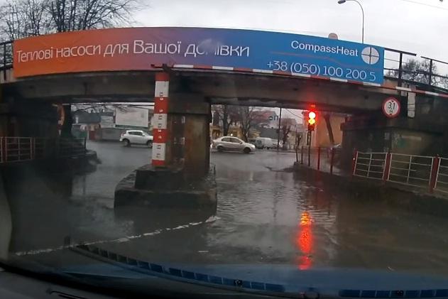 """Ужгородські водії не по своїй волі вимушені """"купати"""" автомобілі в болоті"""