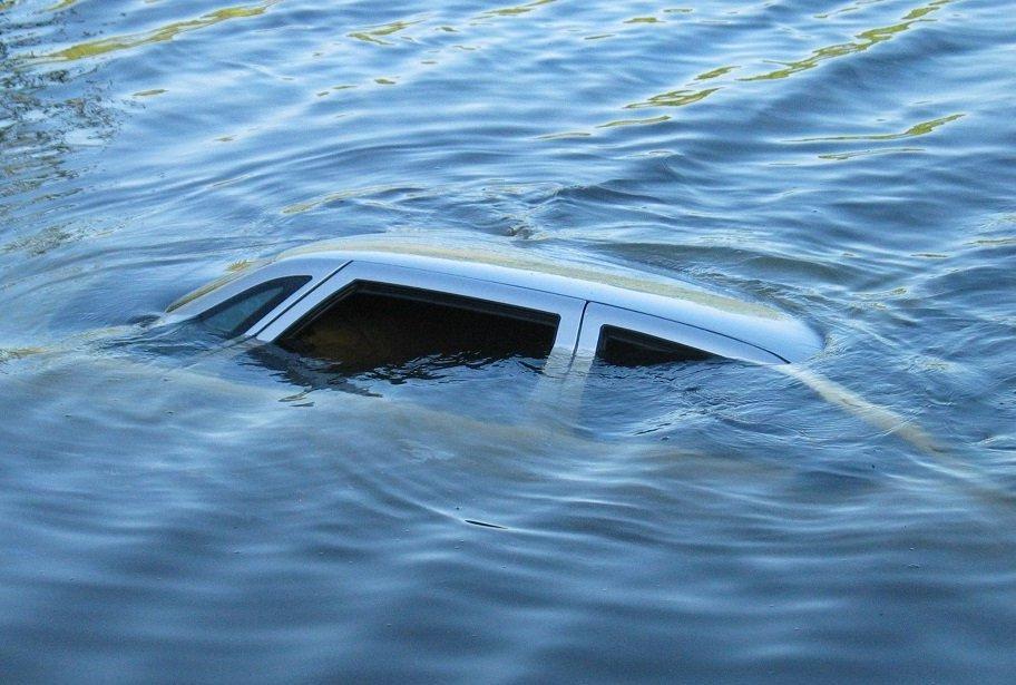Водолази досі шукають тіло чоловіка, автомобіль якого через жахливу ДТП впав у річку
