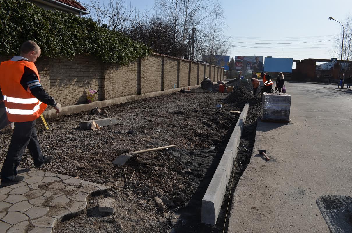 На оновлення тротуарів на двох вулицях Мукачева витратять понад 1,7 мільйони гривень