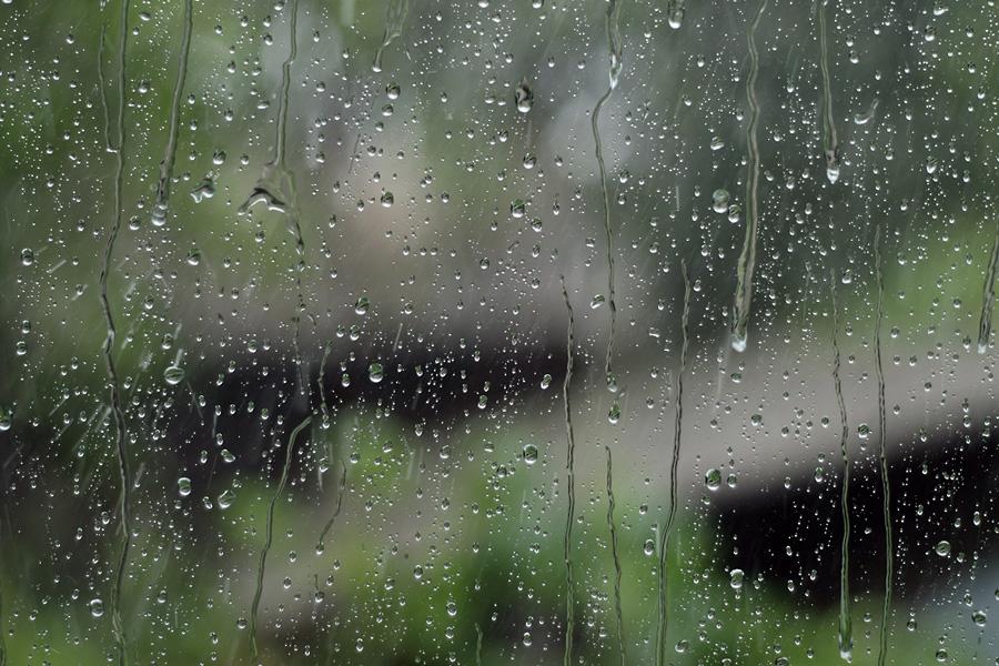 Синоптики попереджають про сильні дощі та вітер цієї ночі