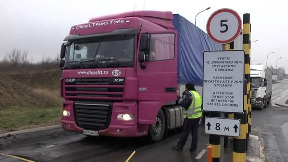 За одну добу територію Закарпаття покинуло близько півсотні вантажівок