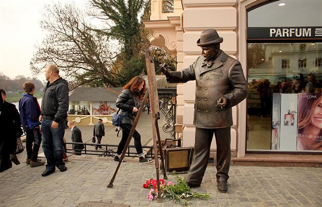 Щодо вандалів, які розмістили рекламу на пам'ятнику Рошковичу в Ужгороді, склали адмінпротокол