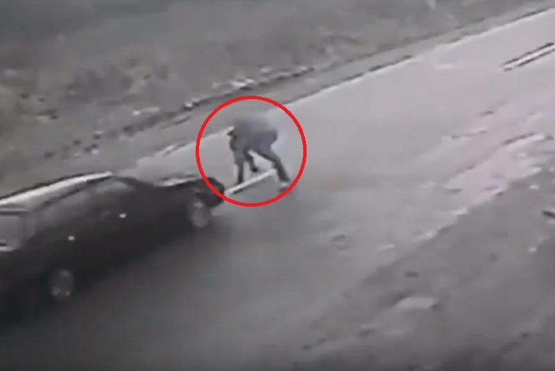 Житель Тячівщини, героїчно рятуючи дитину, потрапив під колеса авто