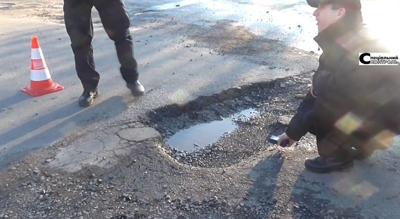 Патрульні поліцейські разом з активістами міряли глибину ям на ужгородських дорогах