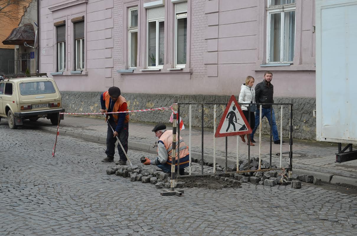 У Мукачеві взялися за ремонт вулиці Горького