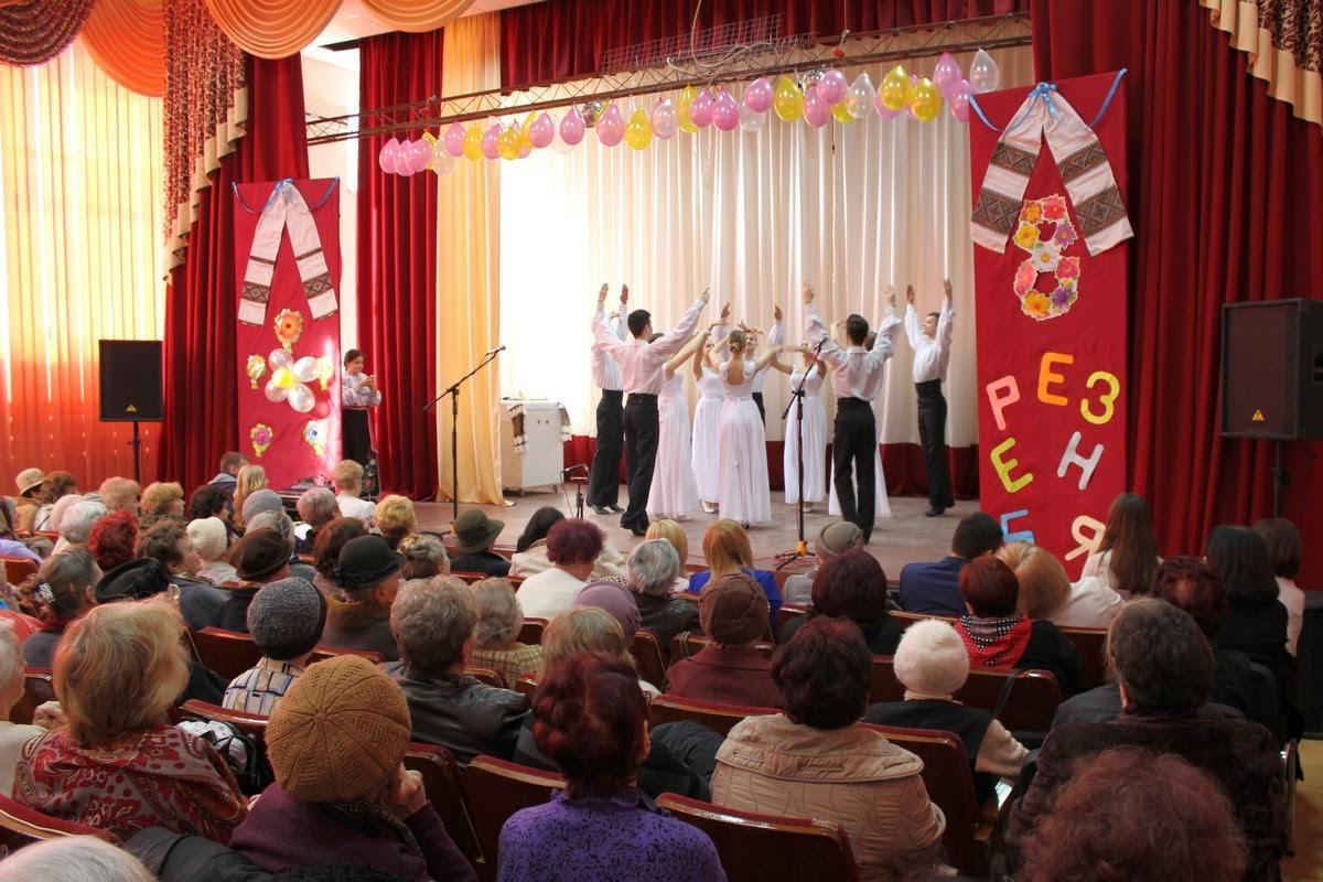 Для ветеранів праці студенти влаштували яскравий концерт