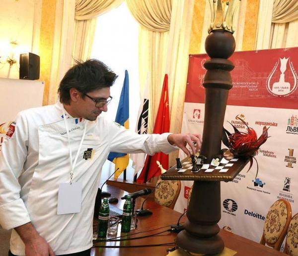 Ужгородський шоколадьє Валентин Штефаньо виготовив шахову скульптуру для чемпіонки світу з шахів