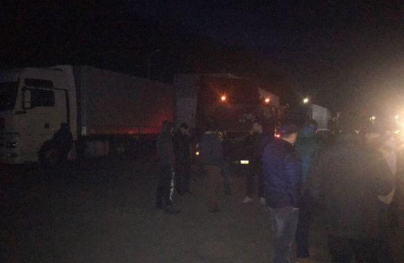 На Львівщині виник інцидент із трьома вантажівками, які їхали із Закарпаття
