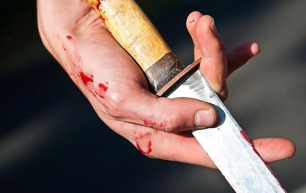 Патрульні поліцейські Мукачева намагались врятувати чоловіка, який отримав ножові поранення