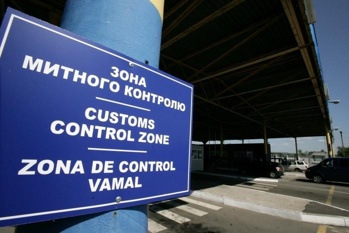 Закарпатські митники вилучили в іноземця авто з контрабандними цигарками