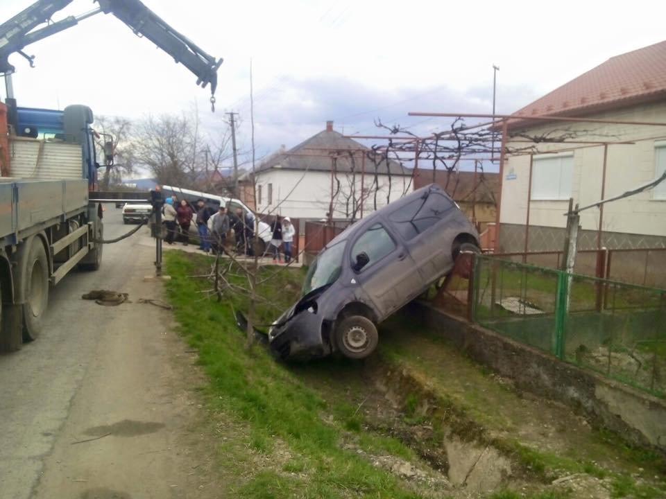 На Виноградівщині в результаті ДТП авто повисло на огорожі. Водій нарікає на погану дорогу