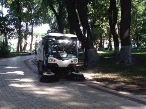 Вулиці Мукачева прибиратимуть вуличним пилосмоком