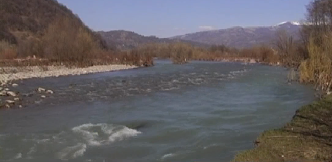В одному із селищ Закарпаття річка змінила своє русло і може змити прибережні будинки