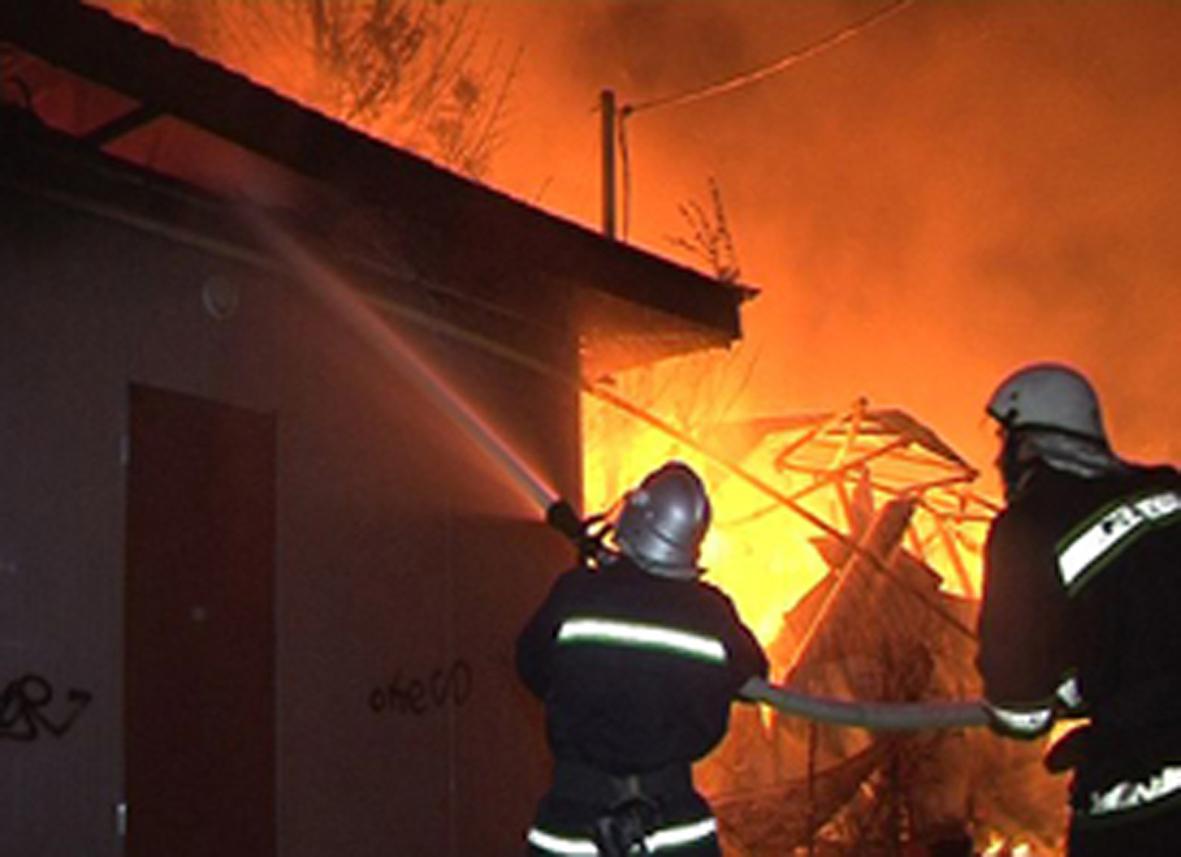 Свалявські рятувальники ліквідували пожежу у надвірній споруді
