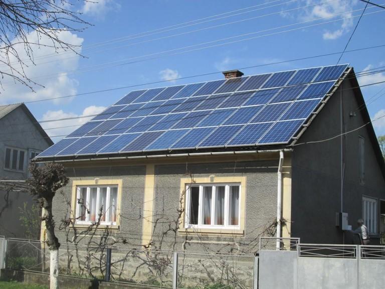 Жителі Хустщини почали активно встановлювати сонячні батареї на дахи будинків