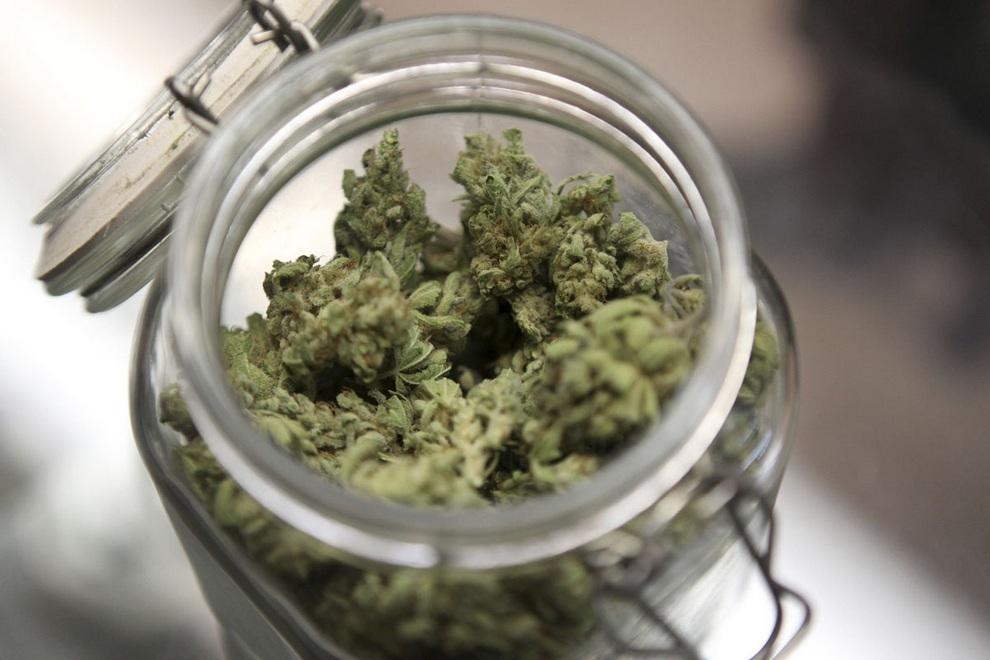 Правоохоронці затримали рахівчанина, який зберігав наркотики у банці