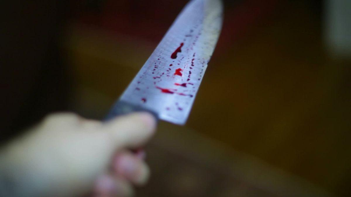 Пенсіонер отримав ножа в груди. Жінка каже, що чоловік поранився під час нарізання хліба