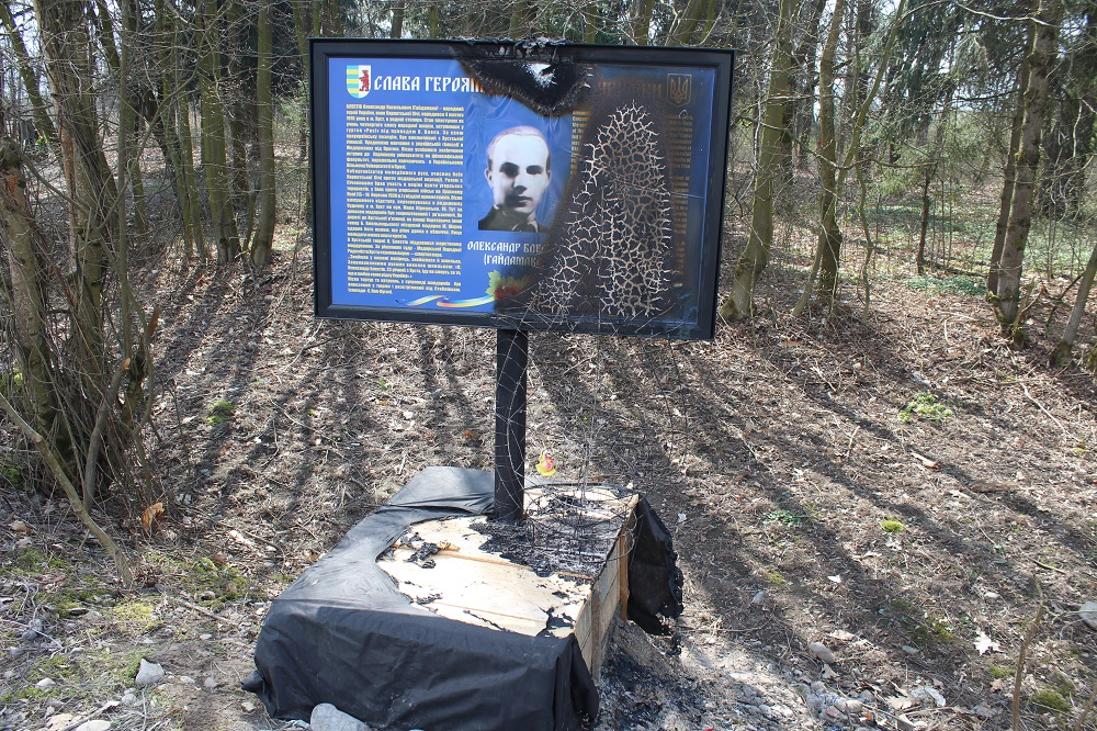 Невідомі вандали підпалили стенд на могилі одного з карпатських січовиків