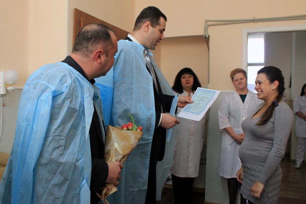 У Виноградівській райлікарні вручили перші свідоцтва про народження