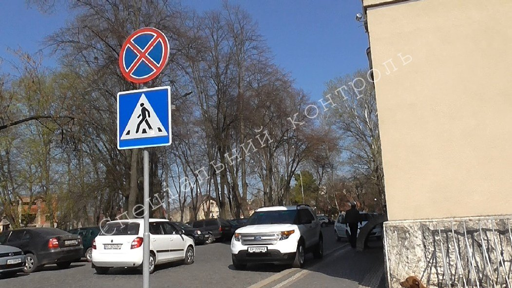 """Водій автомобіля на дипломатичних номерах припаркувався прямо під знак """"Зупинка заборонена"""""""