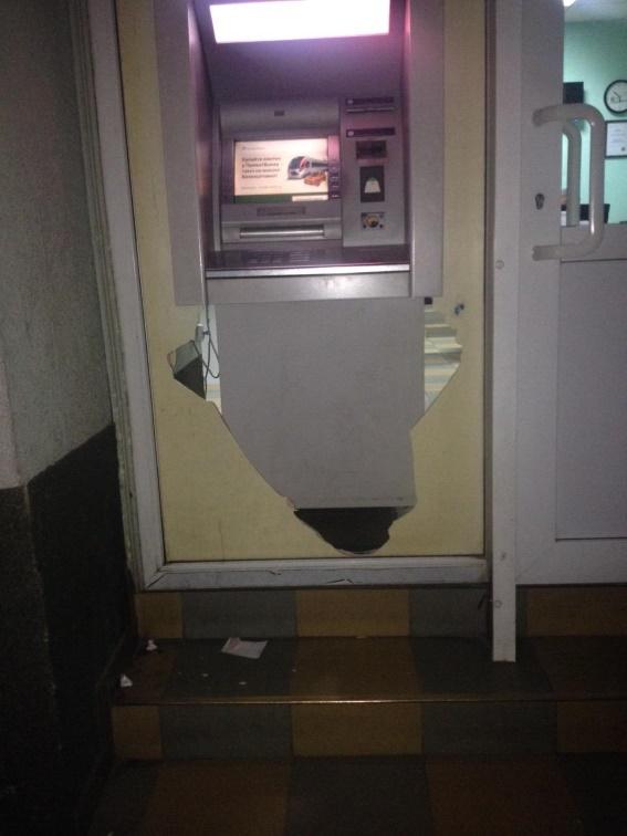 """У Мукачеві зловмисники намагались """"обчистити"""" банкомат"""