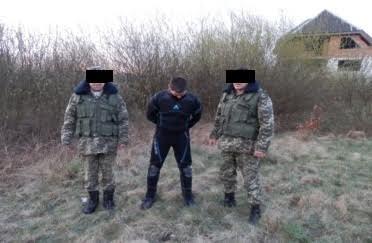 Закарпатські та румунські прикордонники спільно попередили дві спроби тютюнової контрабанди