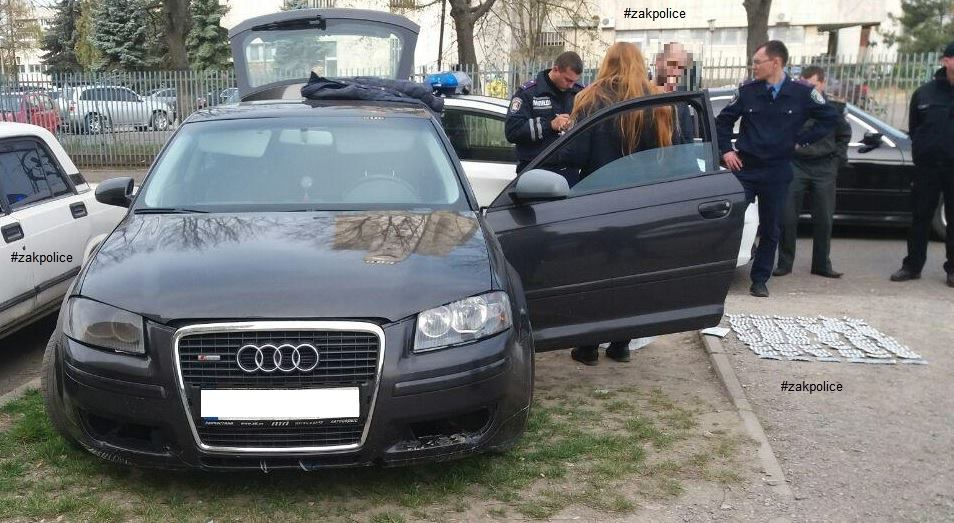Ужгородські патрульні затримали неадекватного чоловіка, у машині якого виявили таблетки та ніж