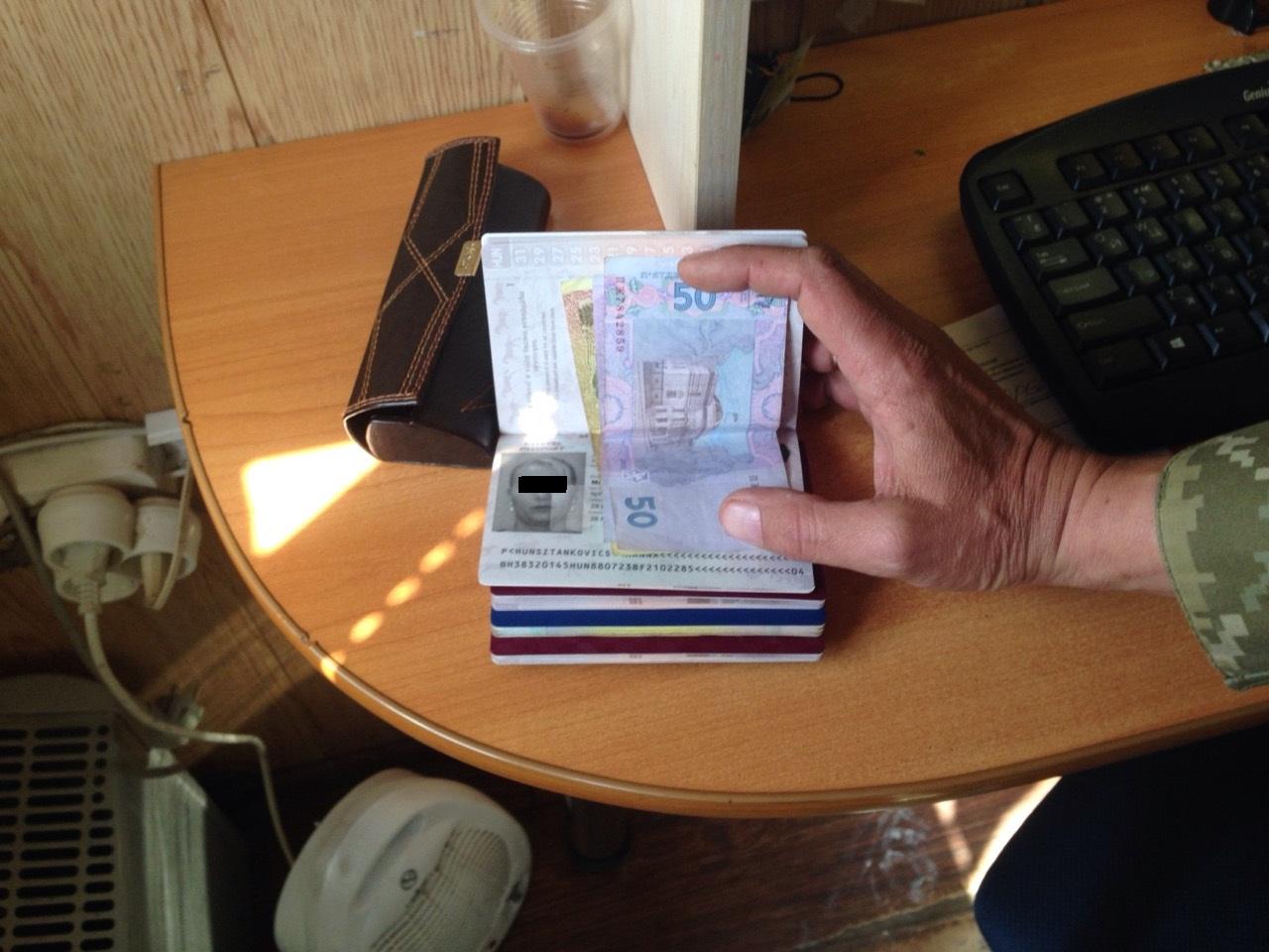 Двоє українців з угорськими паспортами намагались підкупити прикордонників