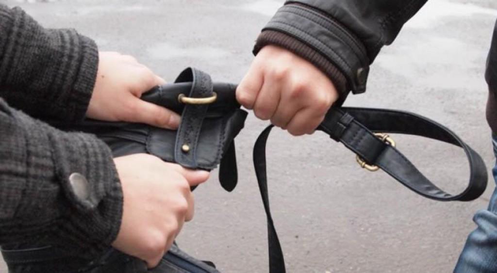 На проспекті Свободи в Ужгороді від пенсіонерки чоловік вирвав з рук сумку