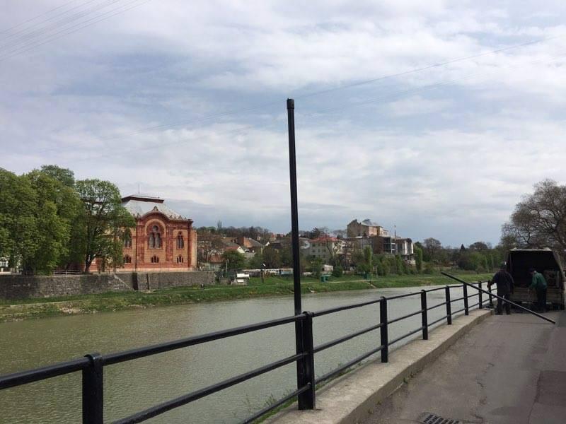 """Біля пішоходного мосту в Ужгороді встановлюють вуличні ліхтарі у стилі """"ретро"""""""