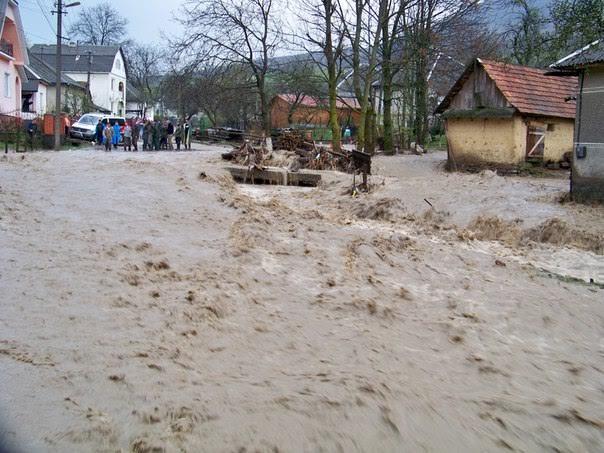 Негода зруйнувала на Свалявщині 15 мостів. Люди взялися за їх відновлення