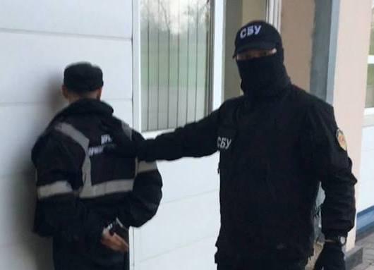 Прокуратура розповіла про схему отримання хабарів затриманим прикордонником
