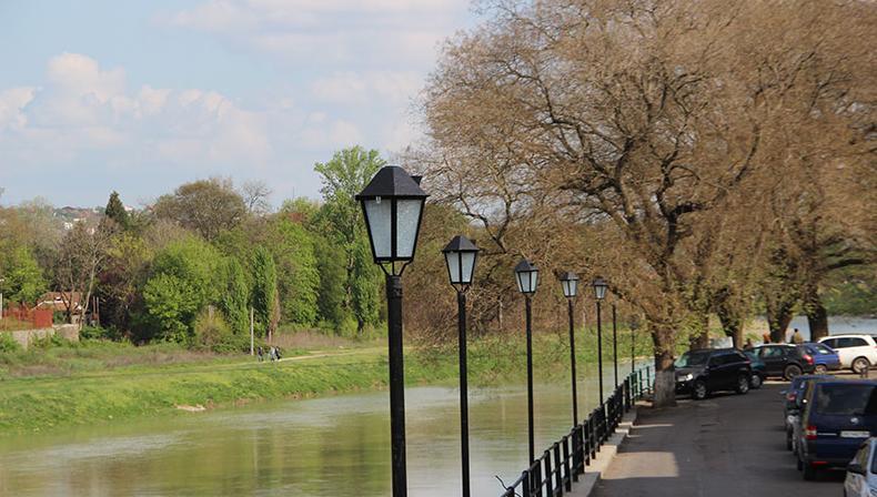 Неподалік пішохідного мосту в Ужгороді встановили сучасні ліхтарі