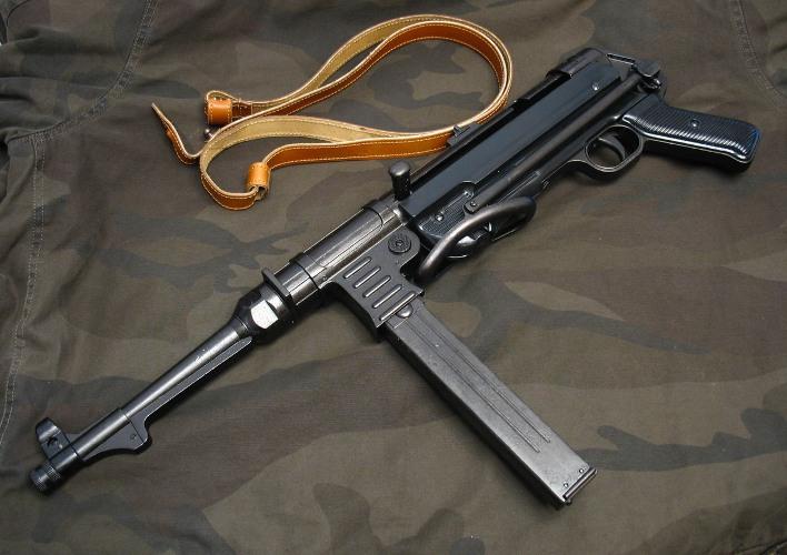 """В Ужгороді невідомі вкрали з джипа пенсіонера пістолет """"Шмайсер"""""""