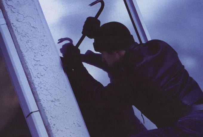 Мукачівські патрульні спіймали двох горе-крадіїв, які не встигли обікрасти будинок