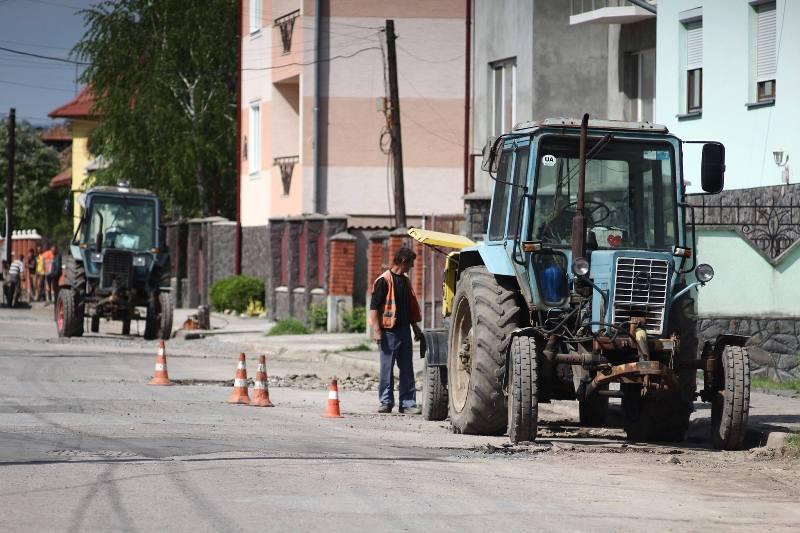 На вулиці Коцюбинського у Мукачеві латають дорогу та оновлюють ливневу систему