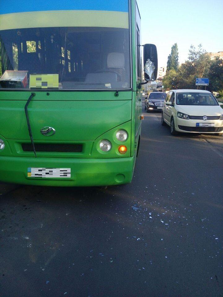 На одній з автобусних зупинок Ужгорода п'яний чоловік влаштував бійку з водієм