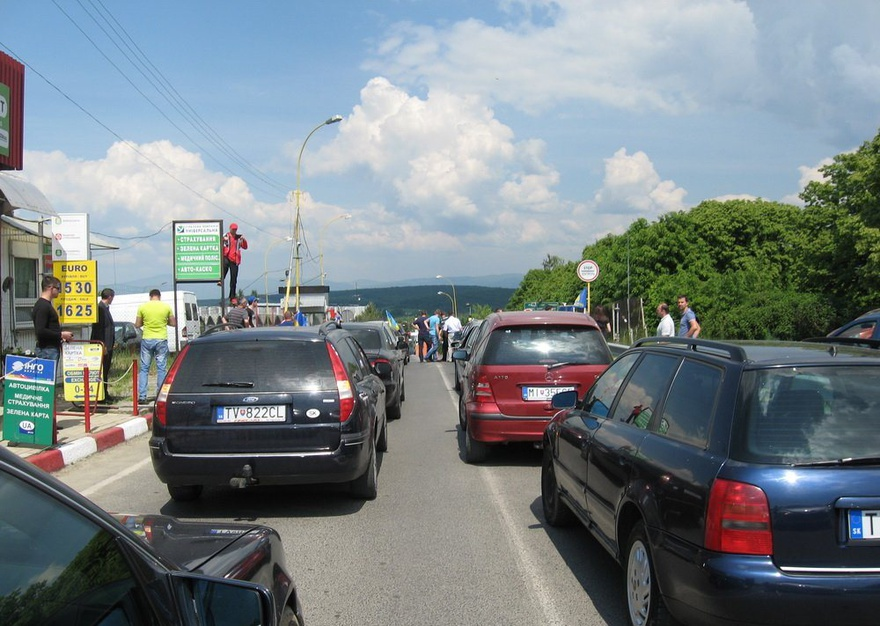 Близько сотні автомобілів застрягли у довжелезній черзі на кордоні зі Словаччиною