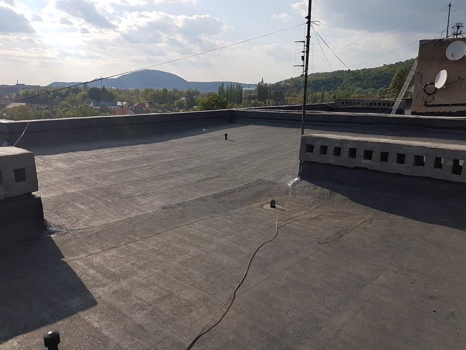 На вулиці Верді у Мукачеві оновлюють дах багатоповерхівки