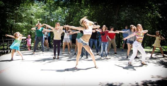 Через дощ в Ужгороді перенесли флеш-моб та концерт, присвячені Міжнародному дню танцю