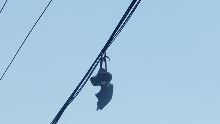 Дивний тренд у Хусті: по місту розкидані верхній одяг, взуття та... нижня білизна