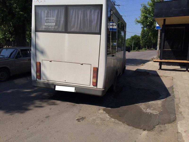 """Із погрозами та лайкою ужгородський шофер """"випхав"""" із маршрутки двох школярок"""