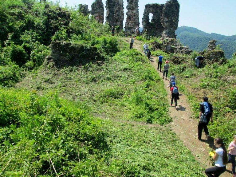 Волонтери прибирали прилеглу до Хустського замку територію