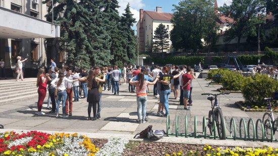 З півсотні ужгородських одинадцятикласників в Ужгороді вчаться танцювати вальс